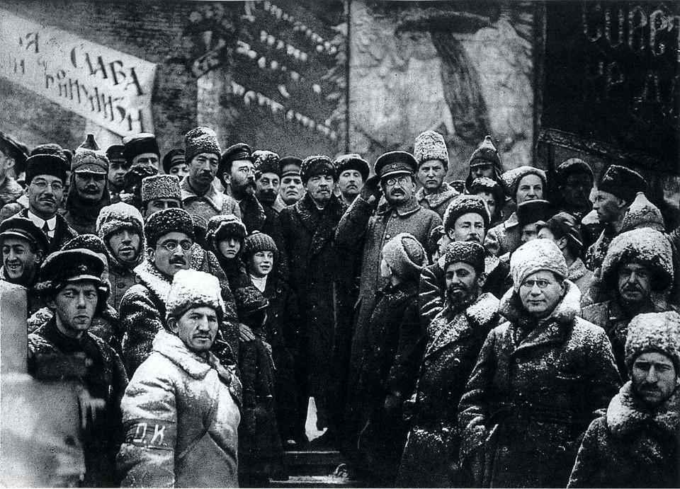 На этом фото - Сталин и Ленин с соратниками до репрессий, 1918 г. Источник фото: facebook/Сергей Черных