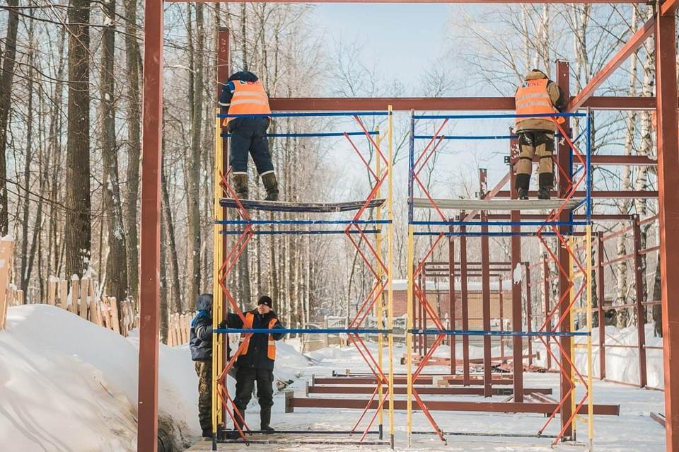 Рабочие устанавливают хозяйственный блок. Фото: Telegram-канал «Парка Швейцария».