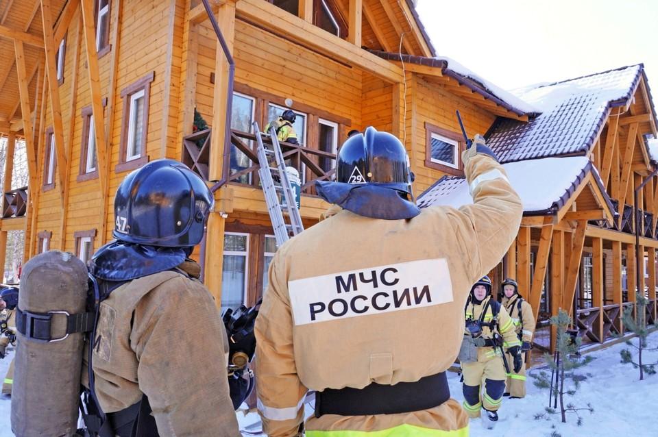 К спасению гостей горнолыжного комплекса привлекли 11 единиц техники и 52 человека личного состава. Фото: ГУ МЧС по Челябинской области
