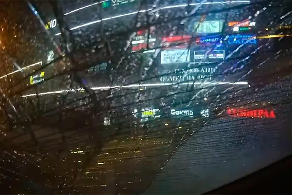 В Минске 17-летний подросток ради «хайпа» запрыгнули на милицейский автомобиль и разбил стекло. Фото: скриншот с видео МВД