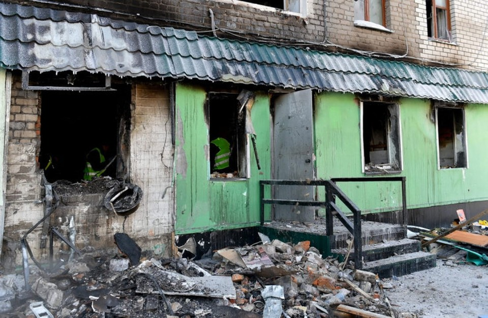 Первый этаж дома был отдан малому бизнесу. Именно там и был взрыв и начался пожар