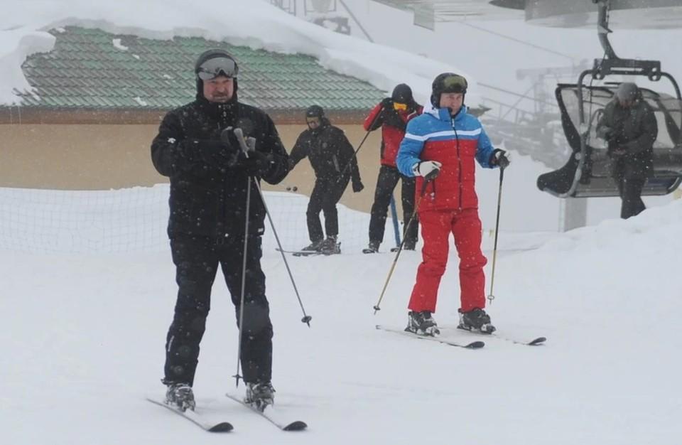 Путин и Лукашенко покатались на лыжах и снегоходах в Красной поляне.