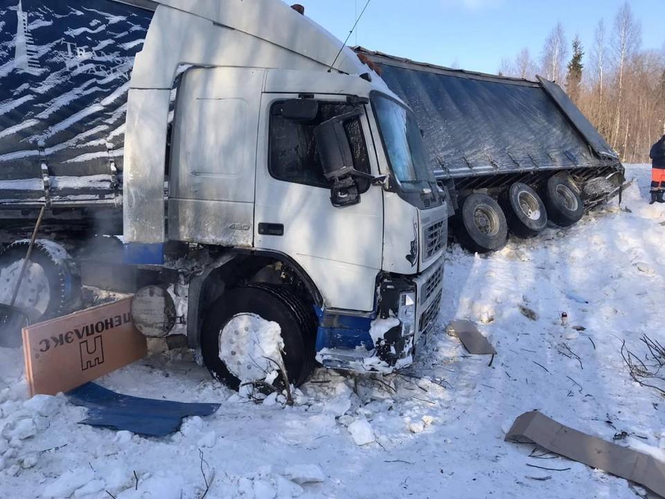 Вытащить самостоятельно грузовик не удается. Фото: vk.com/public105557620