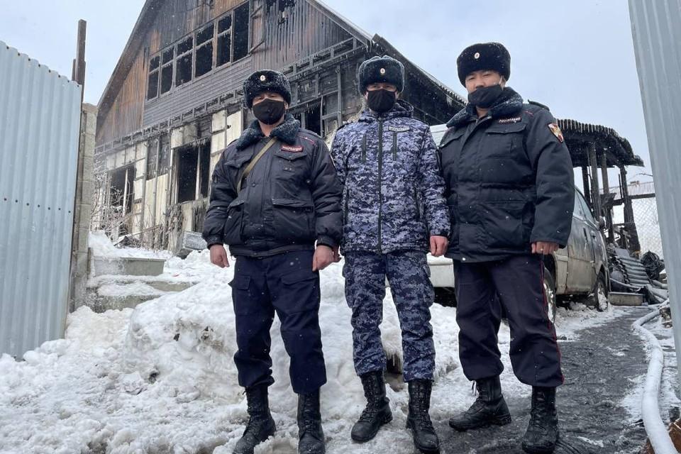 Сотрудники Росгвардии 23 февраля спасли на пожаре пожилую иркутянку. Фото: Управление Росгвардии по Иркутской области.
