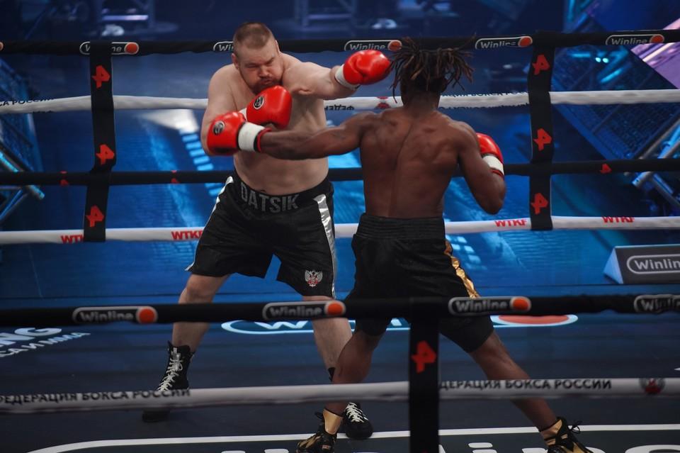 Вячеслав Дацик, который совсем недавно вышел из мест лишения свободы, нокаутировал камерунского чемпиона Тайсона Дижона