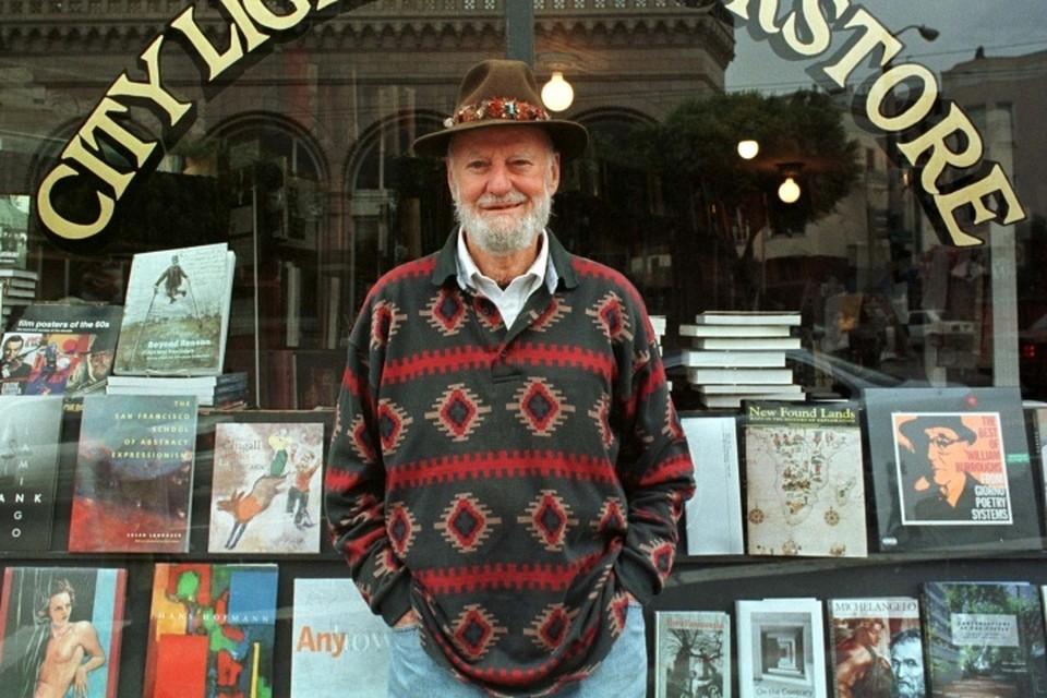 Лоуренс Ферлингетти возле своего книжного магазина в Сан-Франциско 18 августа 1998 года