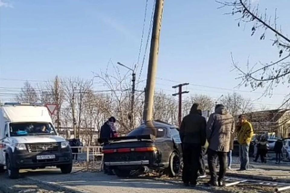 Машина на скорости врезалась в опору уличного освещения. Фото: Instagram/nakhodka_virtual