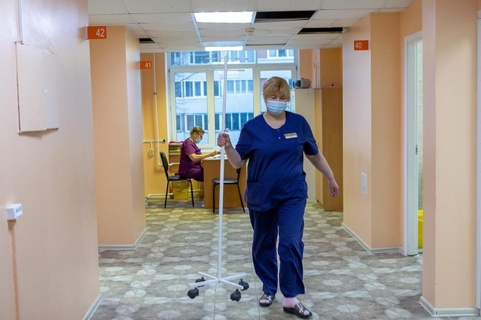 Число новых заболевших на Урале постепенно снижается