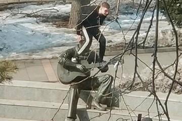 Полиция ищет вандала, поглумившегося над памятником Высоцкому во Владивостоке