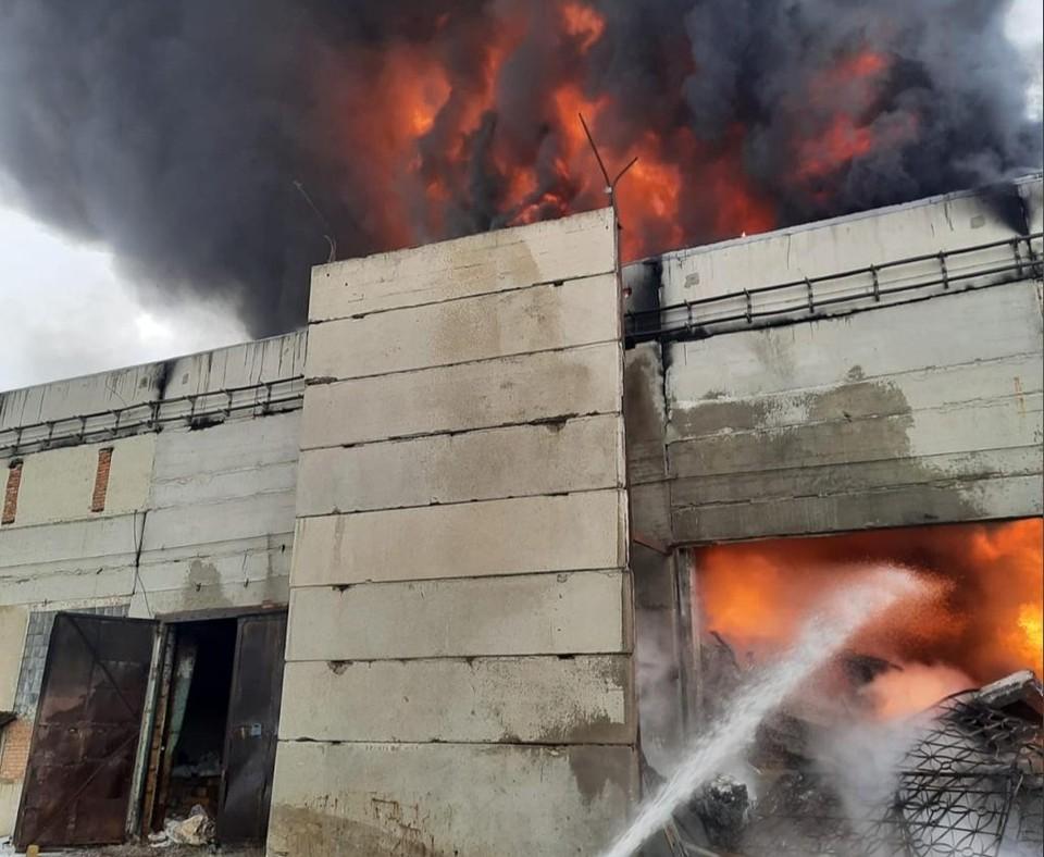 Огнем охвачено отдельно стоящее здание