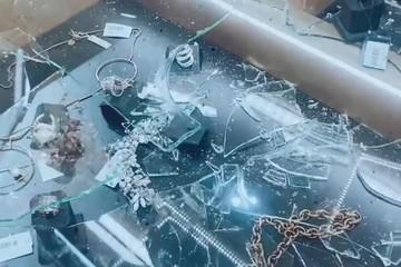 Маленькие дети  в костюмах единорогов атаковали ювелирный магазин в Южно-Сахалинске