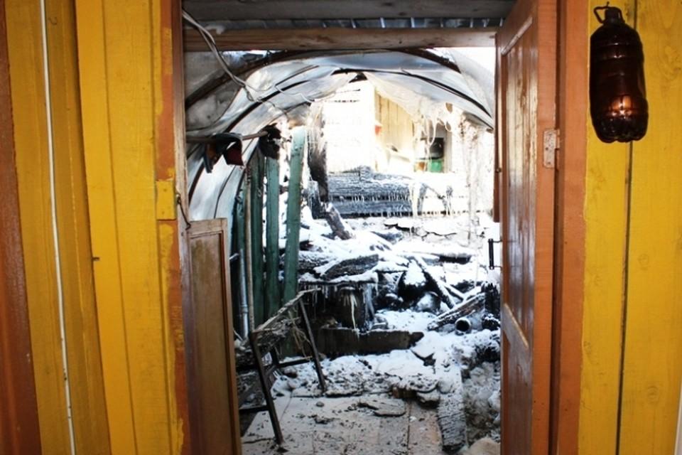 Огонь уничтожил веранду и грозил отрезать людям путь к спасению. Фото: ГУ МВД по Пермскому краю.