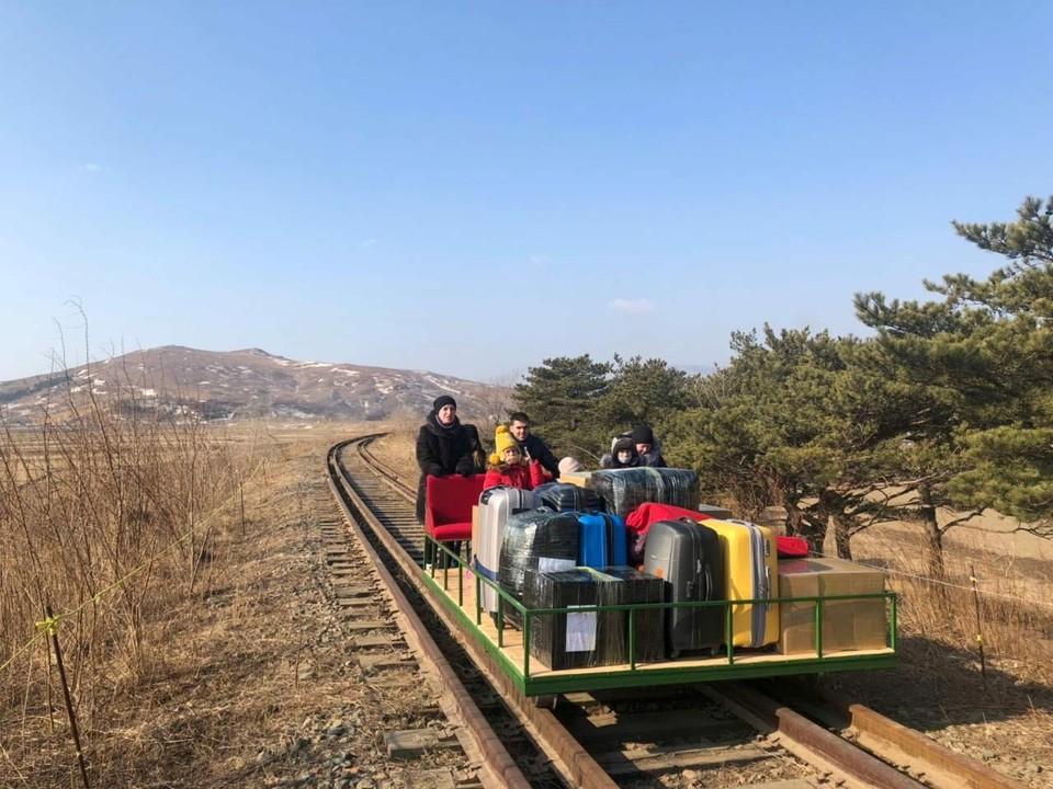 Российские дипломаты покидают Северную Корею на дрезине.