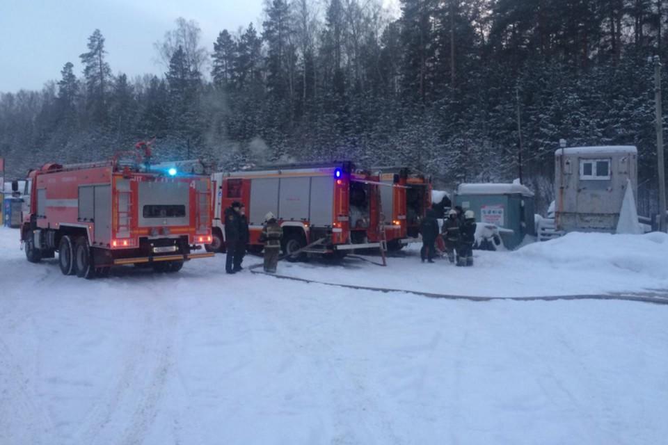 На месте ЧП работали восемь пожарных машин. Фото: ГУ МЧС по Свердловской области