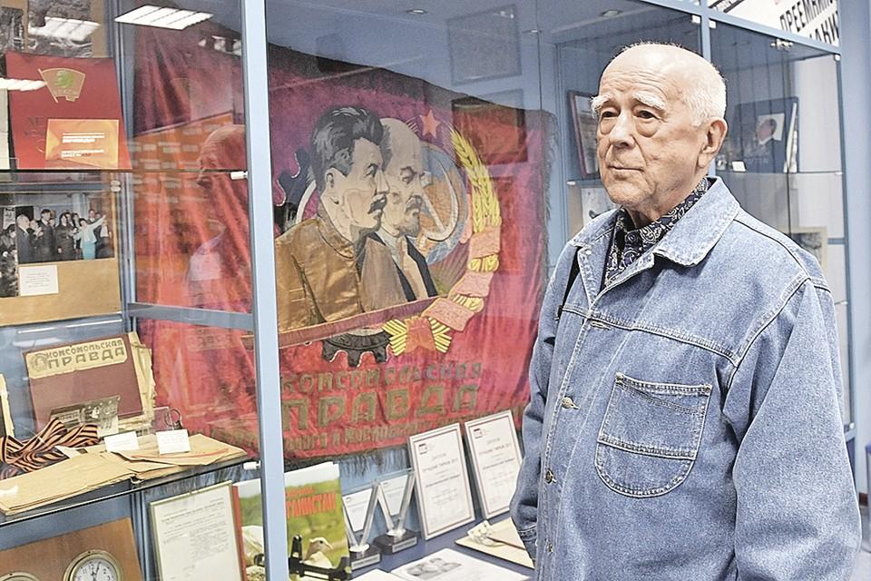 Виталий Коротич, главный редактор журнала «Огонек» горбачевского призыва, - у нас в редакции, у боевого Красного знамени «Комсомольской правды»: «Вы только меня в свой музей пока не сдавайте - я вам много еще интересного про перестройку расскажу!»