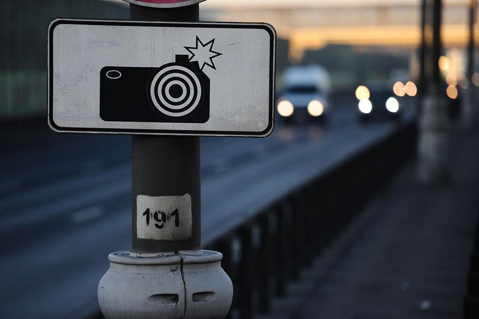 В отличие от старых табличек №8.23, которые крепились к другим знакам и светофорам, новый знак №6.22 должен быть установлен отдельно.