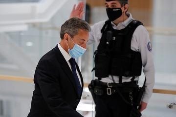 Суд во Франции приговорил бывшего президента Николя Саркози к 3 годам лишения свободы
