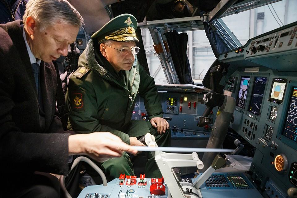 Шойгу детально осмотрел один из новых самолетов Ил-76МД-90А, поинтересовался мнением летчиков о самолете, после чего пообщался с авиастроителями. Фото: Вадим Савицкий/ТАСС