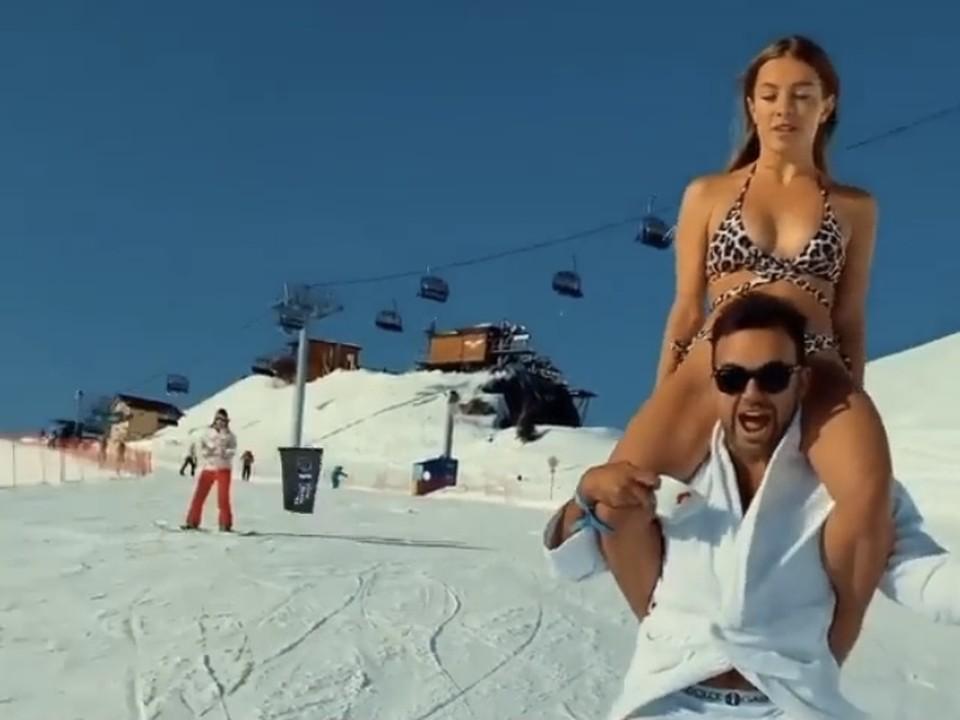 «И ножки свесила»: В Сочи туристка в купальнике скатилась с горы, сидя на шее у сноубордиста