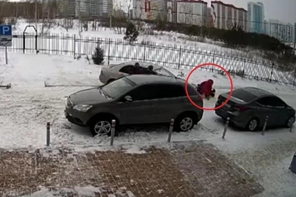 Новосибирцу, сбившему маму с коляской, избрали меру пресечения. Фото: стоп-кадр