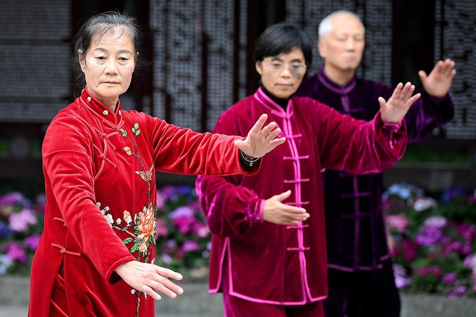 Во время занятий дыхательной гимнастикой в пекинском парке.