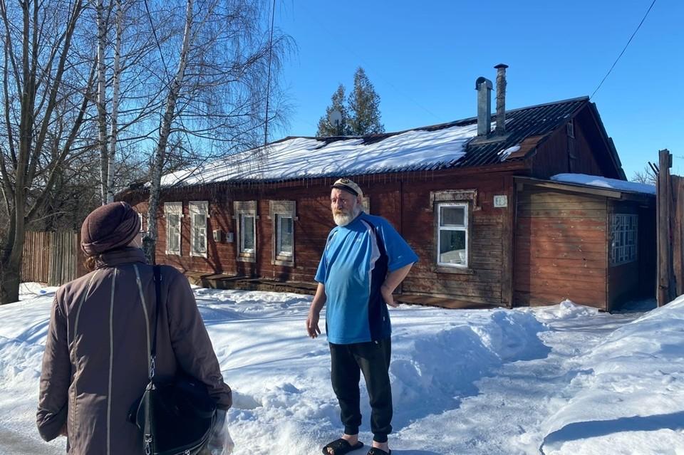 Соседи Мохова, живущие с ним через стенку, уже смирились с суетой возле их дома.