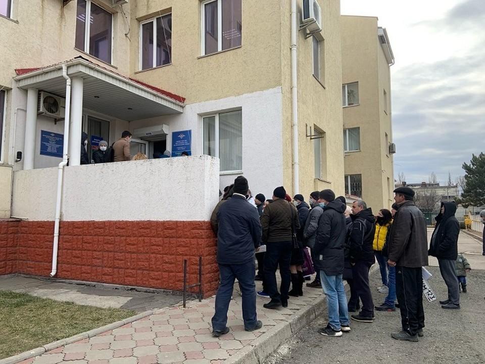 Люди стоят в очереди часами, чтобы получить талон