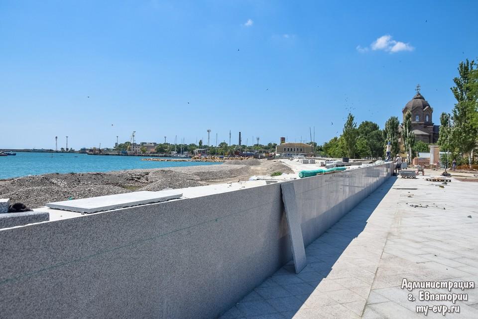 Три года набережная Евпатории встречает курортников строительной площадкой