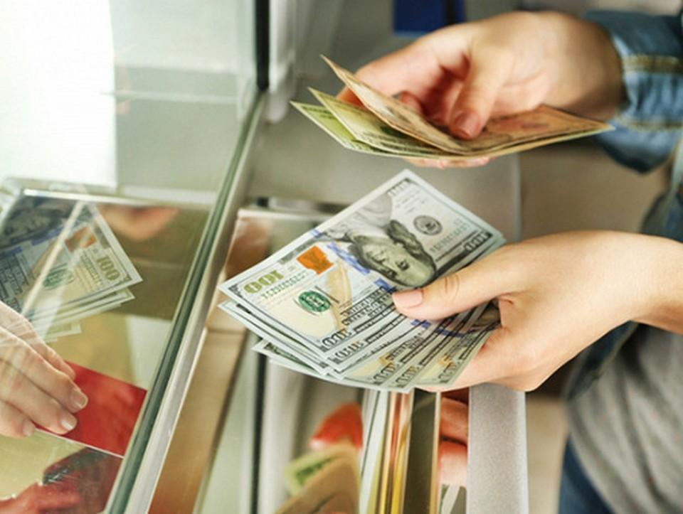 Люди принялись скупать валюту.