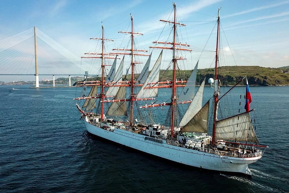"""Барк """"Седов"""" заходит в порт Владивостока. Фото: Юрий Смитюк/ТАСС"""