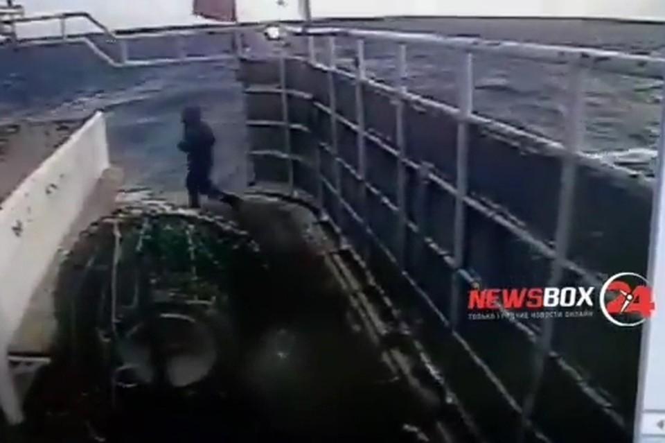 Через мгновение человек окажется за бортом. Скриншот видео: instagram.com/newsbox24.tv