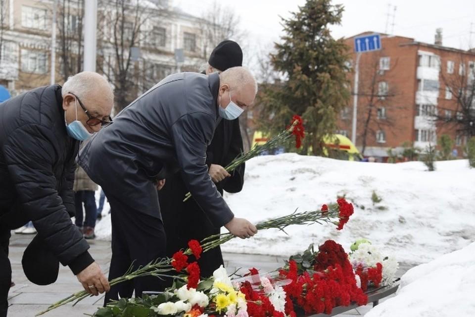 Сергей Цивилев возложил цветы к мемориалу погибшим в «Зимней вишне». ФОТО: пресс-служба АПК