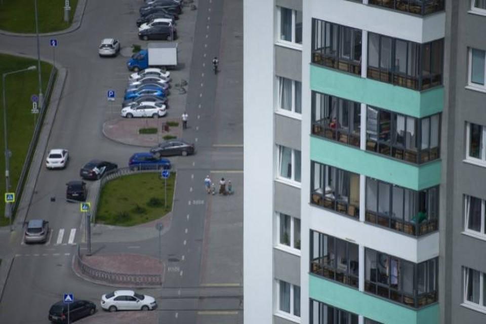 В Радужном женщина погибла после падения с балкона.