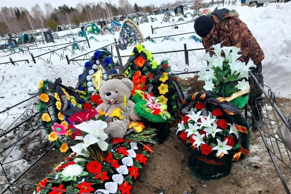 На могилу люди принесли игрушки. Фото: Анна Тажеева.