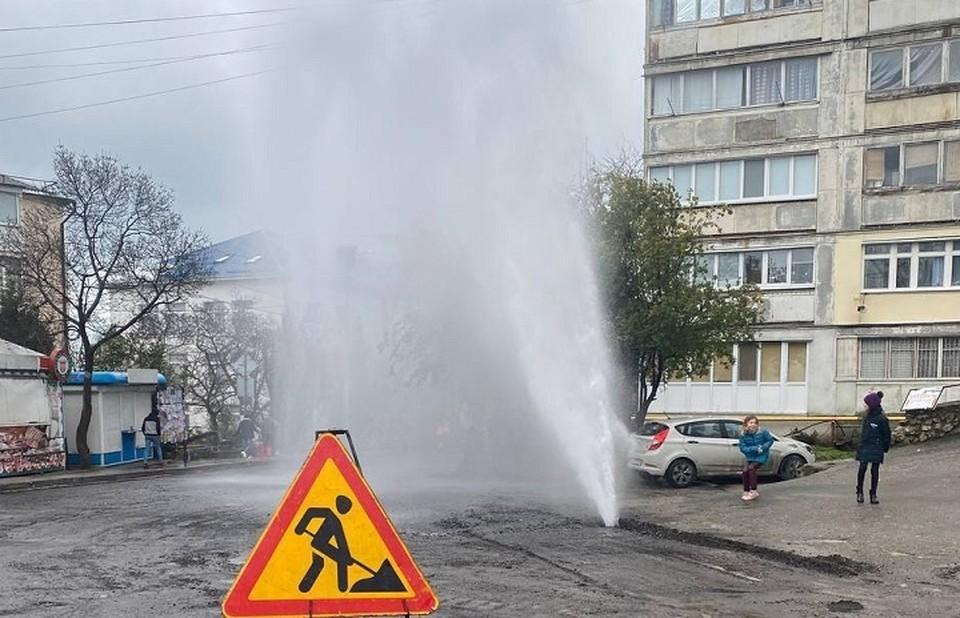 Вода фонтанирует из трубы уже минимум полчаса. Фото: Krimski/Telegram