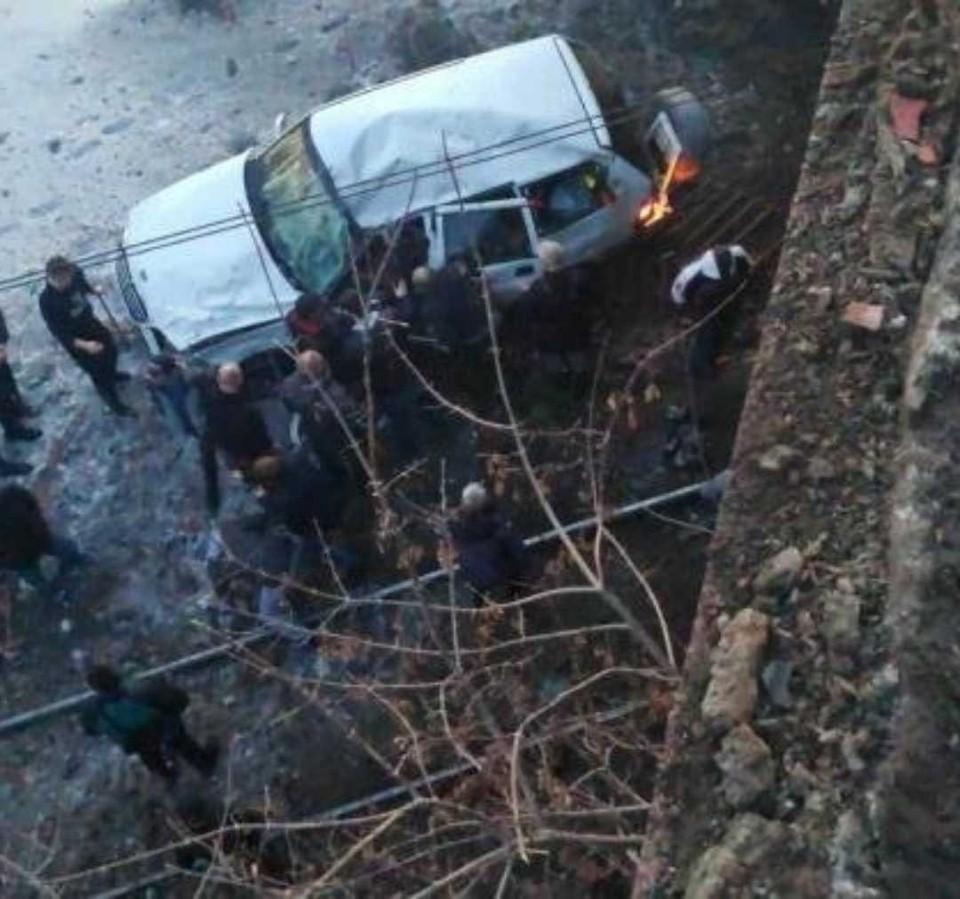 Машина упала с высоты в несколько метров. Фото: go174.ru - сайт города Магнитогорска/vk.com