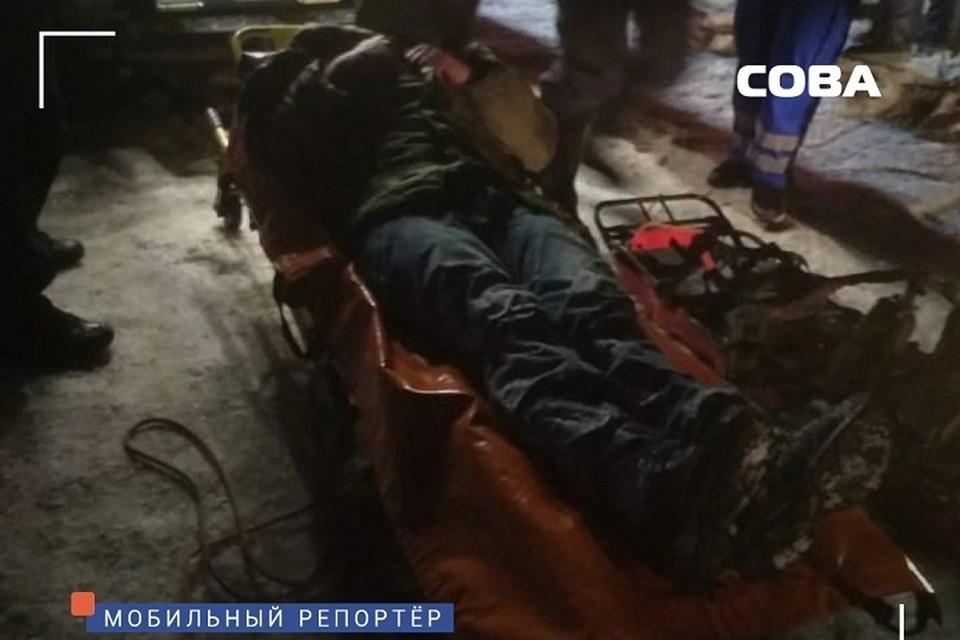 Мужчину транспортировали из леса и передали бригаде медиков Фото: СОВА Екатеринбург