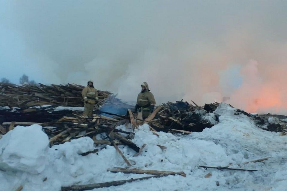 Под Красноярском загорелась свалка с отходами лесопиления. Фото: ГУ МЧС России по краю
