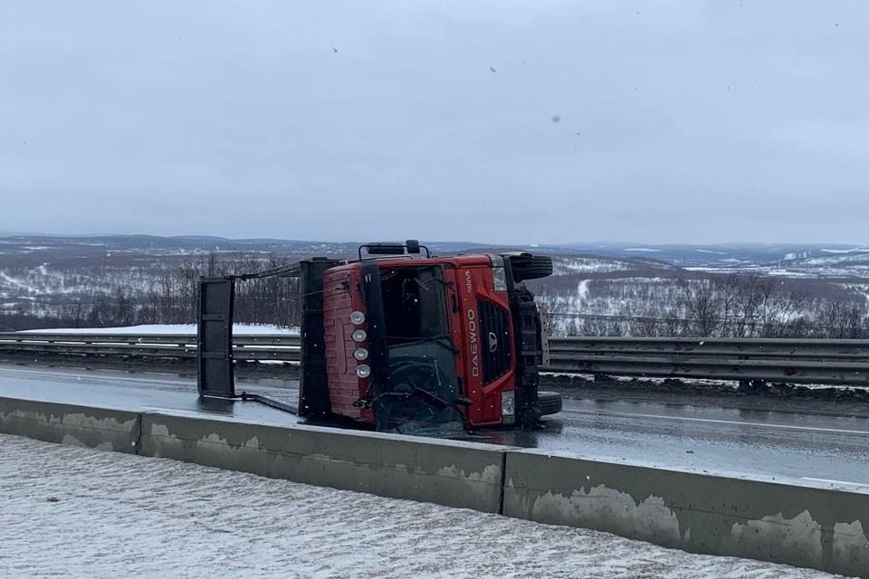 Грузовик опрокинулся на проезжую часть. Фото: Вячеслав Городецкий