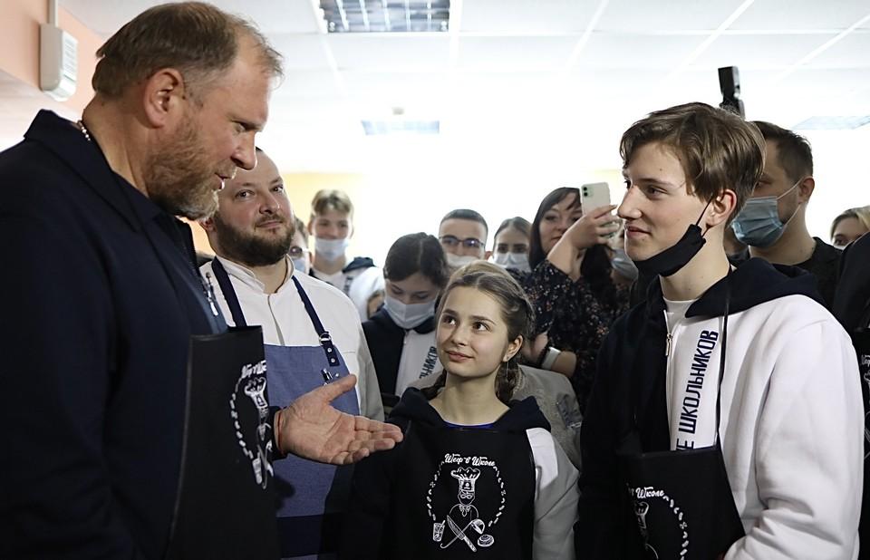 В рамках визита в «Хулиганодом» Константин Ивлев провел кулинарный мастер-класс. Фото: Юлия Горшкова