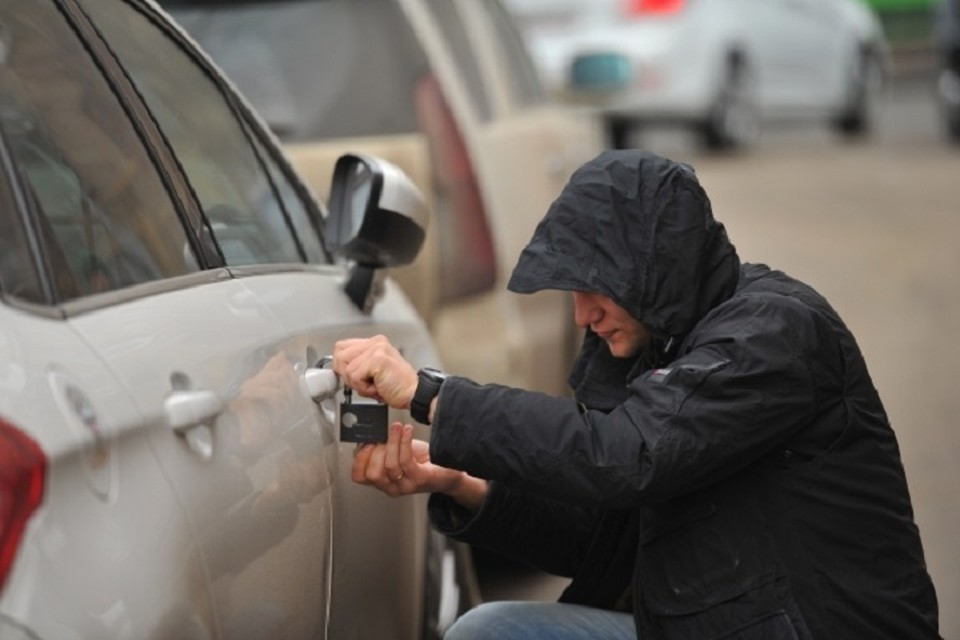 Хабаровчанин пытался угнать машину, но не смог завести и толкал до соседнего двора