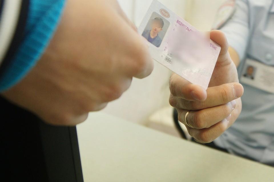 Двое полицейских из Бурятии выдавали водительские права за взятки