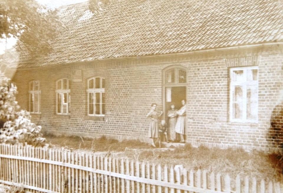 Школа поселка Нахимово, в которой четыре года отучилась наша героиня. Сейчас здание разрушено.