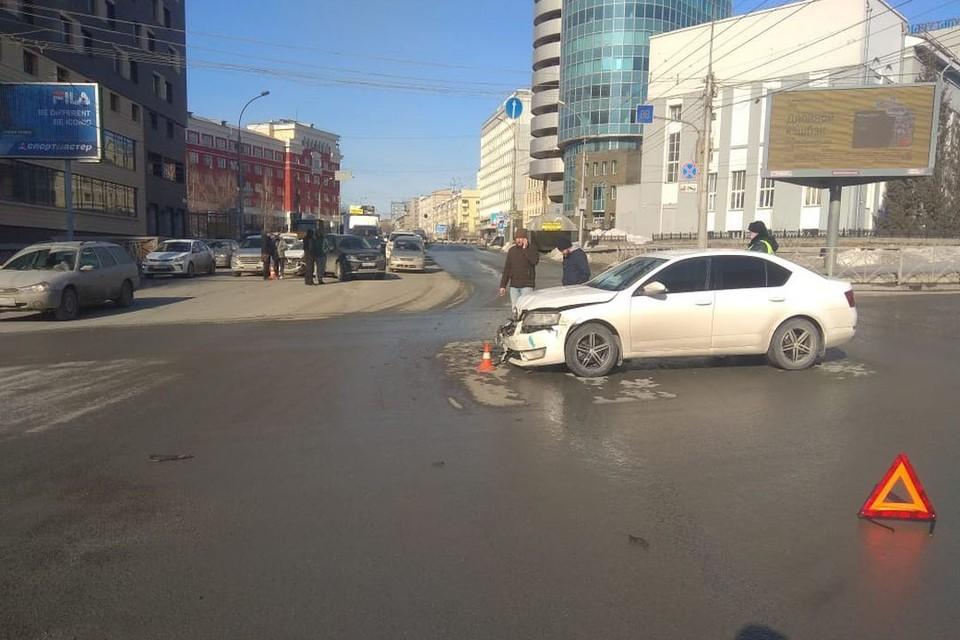 В ГИБДД рассказали подробности аварии в центре Новосибирска, где столкнулись несколько иномарок.