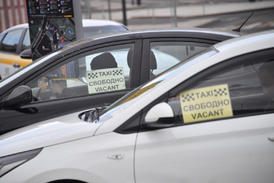 В Новосибирске таксист угрожал девушке.