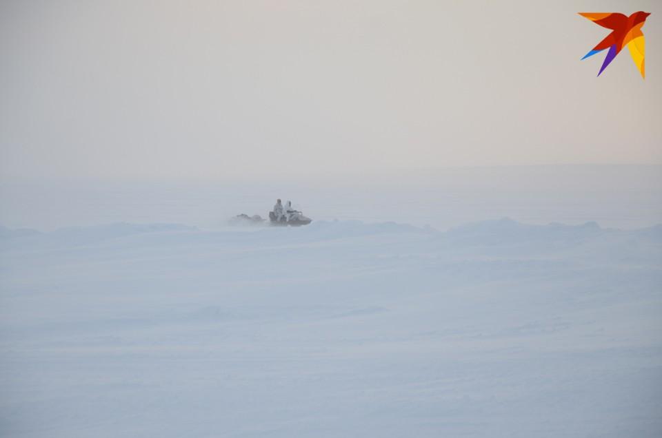 Уже через 5 минут к попавшему в беду мужчине выехал спасатель с базы Куэльпор на снегоходе.
