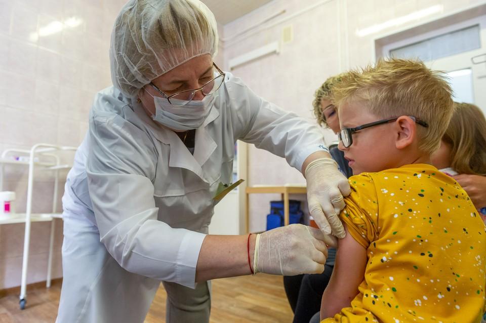 Расчеты говорят, что к июню, несмотря на вакцинацию, число активных больных в Петербурге будет все еще слишком высоким.