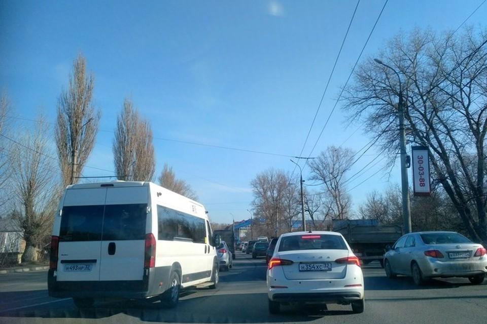 Утром 5 апреля в Брянске было сильно затруднено движение от Черного моста и до набережной.