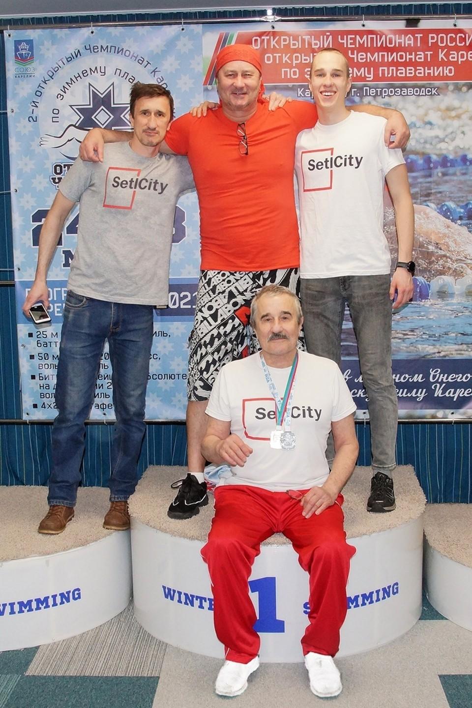Вячеслав Тихонов (внизу) с сыновьями-спортсменами.