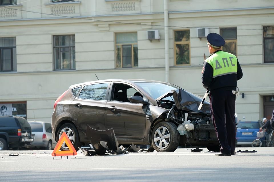 Чтобы снизить аварийность в Петербурге, светофоры перенастроят, а по дорогам разложат «полицейских».